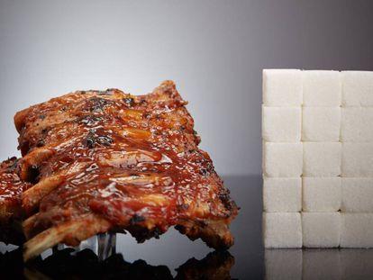 Imagen de unas costillas barbacoa y del azúcar que contienen, en terrones.