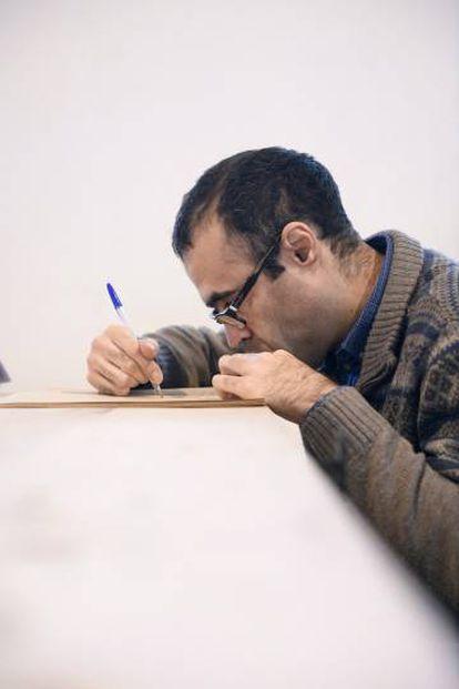 Arriba, mapa por Andrés Fernández. Abajo, dibuja en el taller de Debajo del Sombrero, en Matadero.