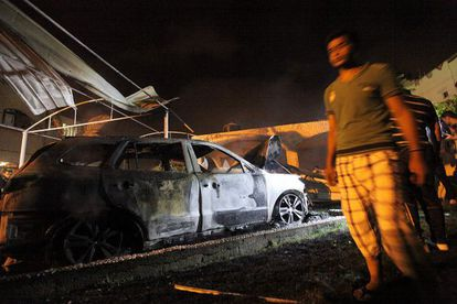 Un palestino revisa un automóvil destruido luego de un bombardeo israelí.