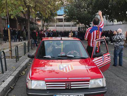 El coche de Samuel Abad, que llegó a las 17.00 al Vicente Calderón.