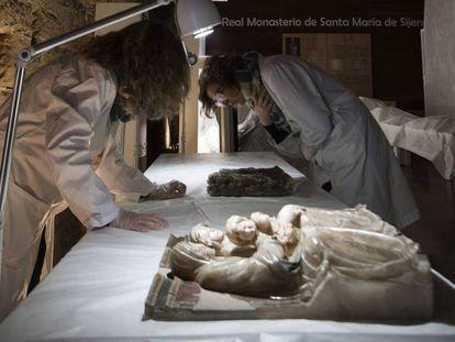 Dos técnicas del gobierno de Aragón observan dos de los alabastros de Sijena, tras su llegada al monasterio.