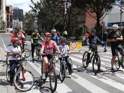 Ciclistas en la ciclovía de Bogotá.