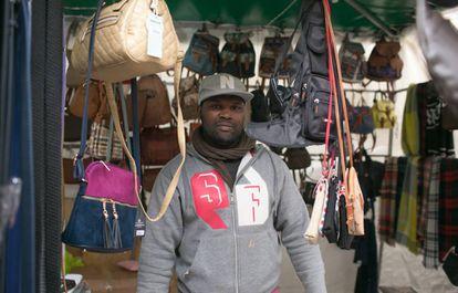 El senegalés Mahu Falle, en el mercadillo ambulante donde trabaja en Jerez. Juega con el 5 en Alma de África. Es defensa.