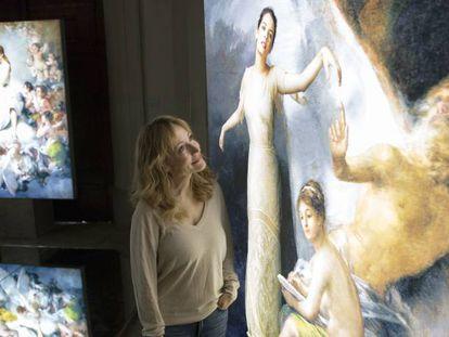 La artista Denise de La Rue frente a una de sus 'ángelas' instaladas en la Ermita de San Antonio de la Florida.