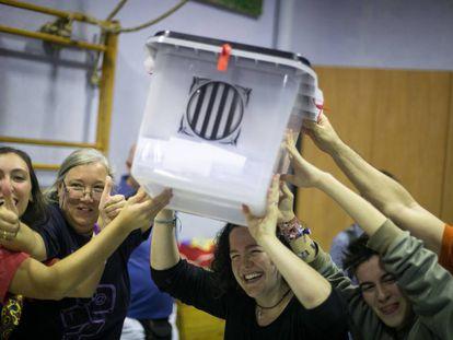 Abrazos y alegría a las 8 de la tarde en el IES Reina Violant tras la clausura del colegio electoral.