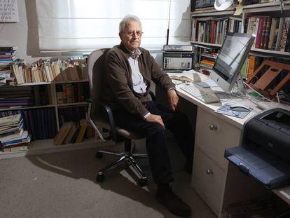El historiador Santos Juliá, en el despacho de su casa en Madrid, en 2017.