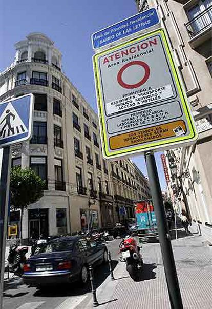 Señal de restricciones al tráfico en el barrio de Las Letras.