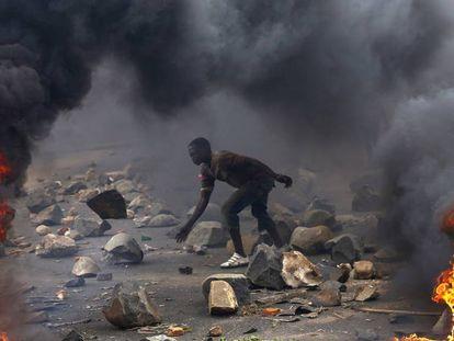 Un ciudadano, en una protesta este 7 de junio contra el presidente de Burundi.