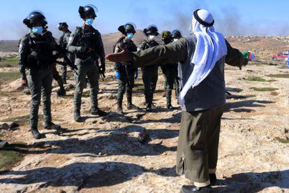 Un palestino protesta contra los asentamientos ante soldados israelíes, el viernes en Hebrón.
