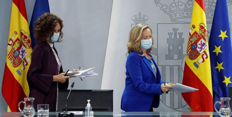 La ministra de Hacienda y portavoz del Gobierno, María Jesús Montero (i), y la vicepresidenta económica, Nadia Calviño.