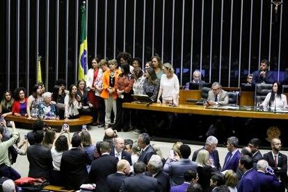 Fernanda Melchionna, rodeada de otras diputadas, toma la palabra en el pleno de la Cámara en febrero pasado.