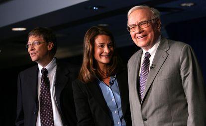 Bill y Melinda Gates, junto a Warren Buffet en Nueva York en junio de 2006, en la firma de la donación de 31.000 millones de dólares por parte de Buffett a la fundación Gates.