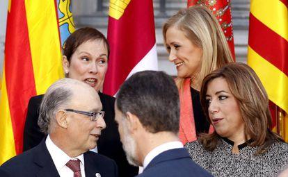 El rey Felipe VI, junto a Cristóbal Montoro, Susana Díaz ,, Uxue Barkos y Cristina Cifuentes, momentos antes de posar en la foto de la VI Conferencia de Presidentes.