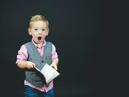 Un niño se sorprende al leer.