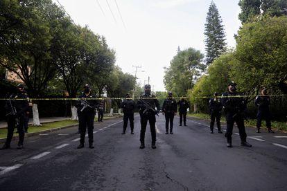 Policías de la Ciudad de México trabajan en la escena de un tiroteo en el primer cuadro de la ciudad.