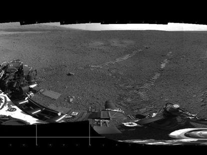 Primeras marcas de rodadas que ha dejado en Marte el robot 'Curiosity', en primer plano.