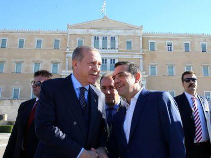 El primer ministro griego, Alexis Tsipras (d), y el presidente turco, Tayyip Erdogan (i), este jueves 7 de diciembre de 2017 en Atenas.