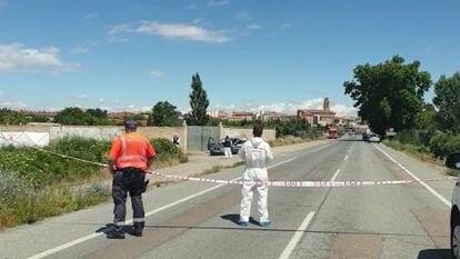 Agentes de la Policía Foral, en el lugar donde ha aparecido la mujer apuñala en el interior de su vehículo en Murchante (Navarra), el pasado 7 de julio.