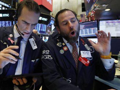Operadores en el parqués de Wall Street.