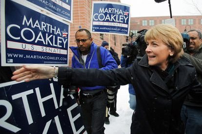 La candidata demócrata al Senado de EE UU por el Estado de Massachusetts, Martha Coakley saluda a sus simpatizantes después de depositar su voto