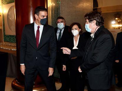 Pedro Sánchez habla con el director del Instituto Cervantes, Luis García Montero, a su llegada al Teatro Real.