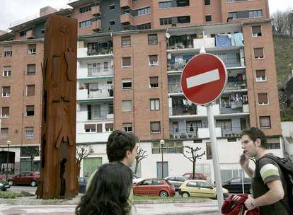 Escultura de Ibarrola por las víctimas de ETA en la plaza de San Pelayo, de Ermua.