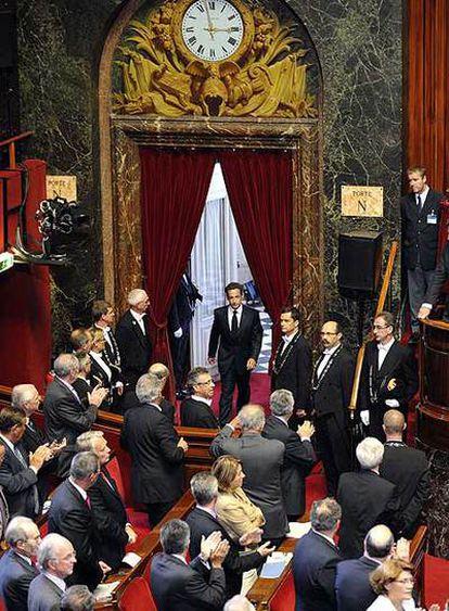 El presidente francés, Nicolas Sarkozy, hace su entrada en una de las maníficas salas del Palacio de Versalles, en las afueras de París, donde los senadores y diputados se han reunido de manera extraordinaria en Congreso en Versalles
