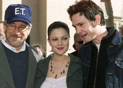 El director Steven Spielberg presentó la noche del sábado en Los Ángeles, junto a sus protagonistas, Drew Barrymore y Henry Thomas, la nueva versión de ET. El extraterrestre, que llegará a las pantallas de Estados Unidos el próximo viernes y en España se estrenará en Semana Santa.