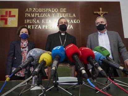 El arzobispo de Pamplona (centro), junto a la directora de la comisión de investigación, Maite Quintana, y Alfredo Irujo.