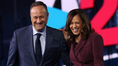 Kamala Harris y su marido, Douglas Emhoff, durante la convención demócrata celebrada en Wilmington, Delaware, en agosto de 2020.