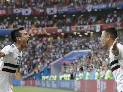 Lozano y Hernández celebran el gol.