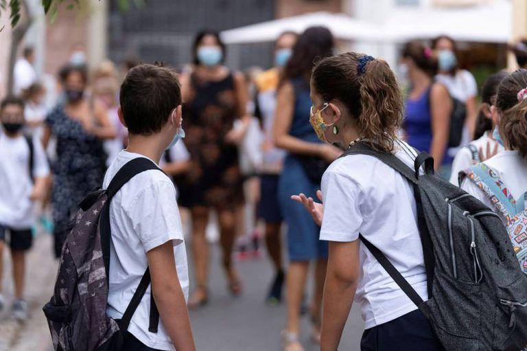 Dos niños se preparan para entrar a clase en el colegio Isabel la Católica, en Santa Cruz de Tenerife en septiembre.