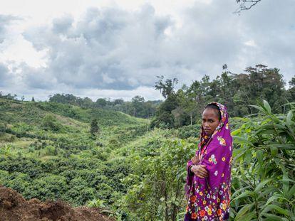 Marivic 'Tarsila' Danyan en una plantación de café cerca de la aldea de Tabasco (Filipinas).