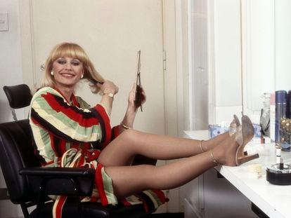 La artista italiana Raffaella Carrà posa en su camerino, en 1983.