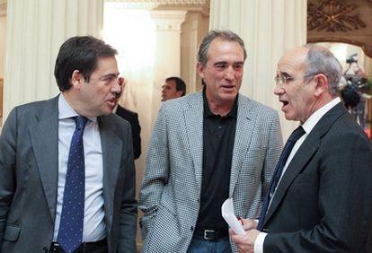 De izquierda a derecha, el candidato Fernando García Macua, Andoni Goikoetxea y Javier Irureta, durante el acto de presentación del proyecto para Lezama del abogado bilbaíno.