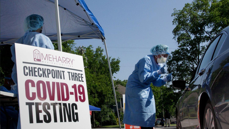 Los trabajadores de la salud examinan a las personas para detectar covid-19 en Nashville, Tennessee.