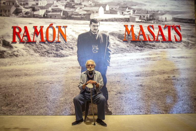 El fotógrafo Ramón Masats, delante de la imagen que anuncia su exposición en Tabacalera.