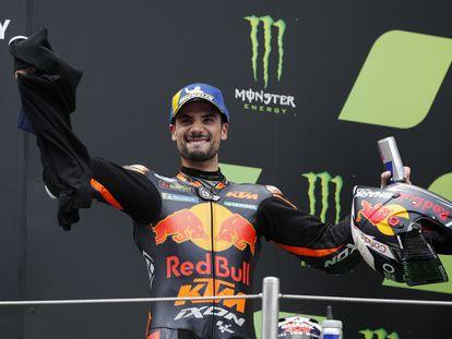 El piloto de MotoGP Miguel Oliveira celebra el podio tras ganar el GP de Montmeló 2021.