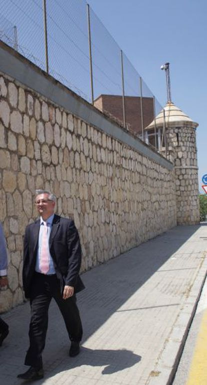 Xavier Martorell, a la izquierda, ayer junto a uno de los muros de la cárcel de Tarragona.