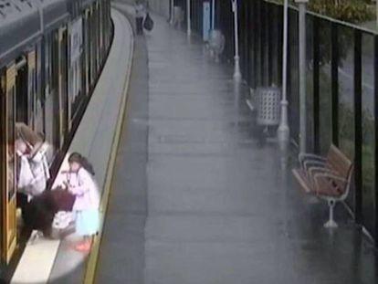 Un niño se cuela por el hueco entre el andén y un tren en Sídney