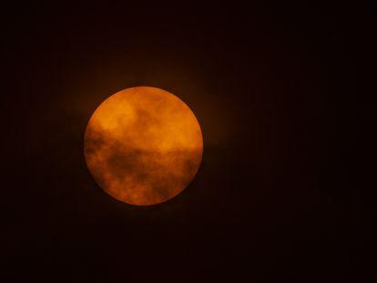 Vista del sol desde el volcán de Villarrica, en Chile, este domingo.