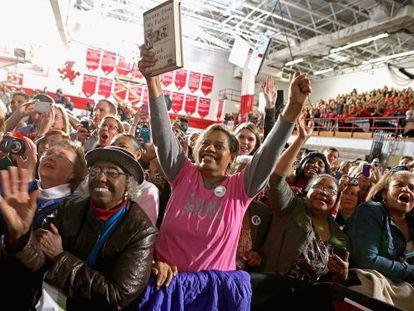 Una multitud aclama a Obama en Mentor, Ohio, el sábado.