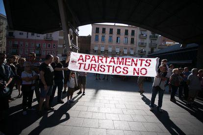 Protesta de vecinos contra los pisos turísticos en la Barceloneta.