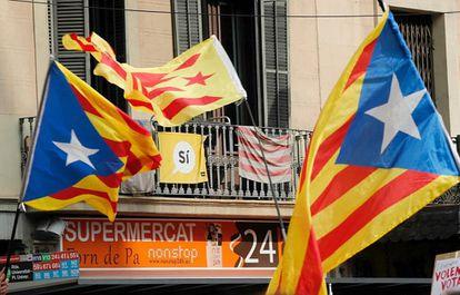 Banderas esteladas, durante la manifestación del jueves de los estudiantes en Barcelona.