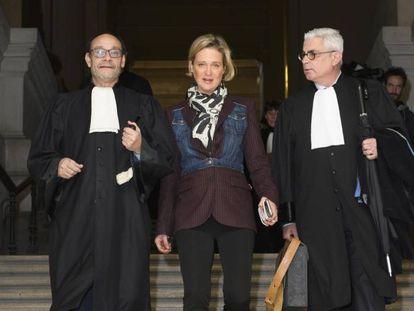 Delphine Boël acude al tribunal junto a sus abogados Marc Uyttendaele (izquierda) y Alain De Jonge, el pasado noviembre.