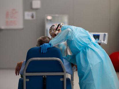 Un paciente de covid acude a una sesión de fisioterapia en el Hospital Zendal de Madrid, el pasado abril.