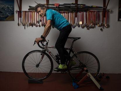 El octogenario  alpinista Carlos Soria posa en el garaje de su casa donde entrena en bici estática en Moralzarzal (Madrid).
