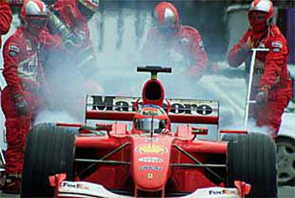 Rubens Barrichello, compañero de Michael Schumacher, durante un reposteje de su Ferrari.