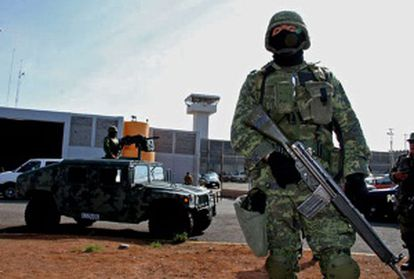 Militares vigilan la prisión de Piedras Negras.