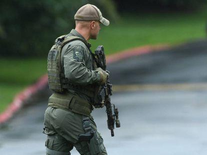 Un agente aseguraa la zona del tiroteo.